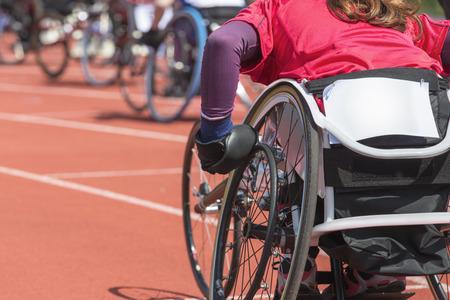 personas discapacitadas: Detalle de foto de un atleta en una carrera de silla de ruedas en un estadio