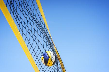 pelota de voley: Voleibol de playa atrapado en la red. Foto de archivo