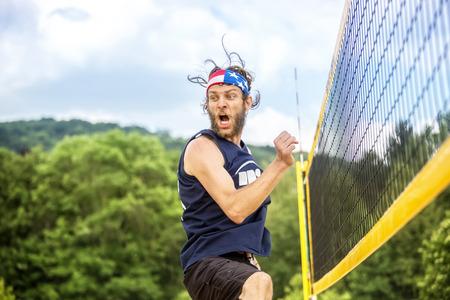 pelota de voley: Jugador de pelota de aspecto natural beachvolley con estrellas y rayas bandana celebra su éxito juego emocional.