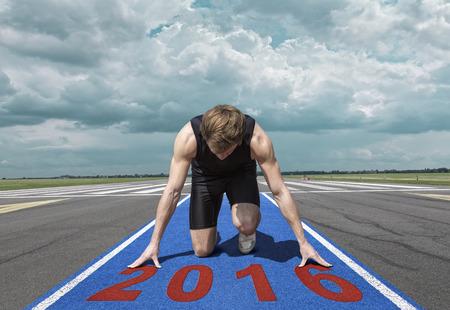gente corriendo: Versi�n masculina de arranque pista del aeropuerto. Runner en posici�n de inicio se arrodilla con la cabeza baja en una superficie de tart�n rojo, listo para tomar de.