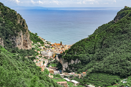 View to Amalfi, Campania, from the trecking path Valley of the mills. Foto de archivo