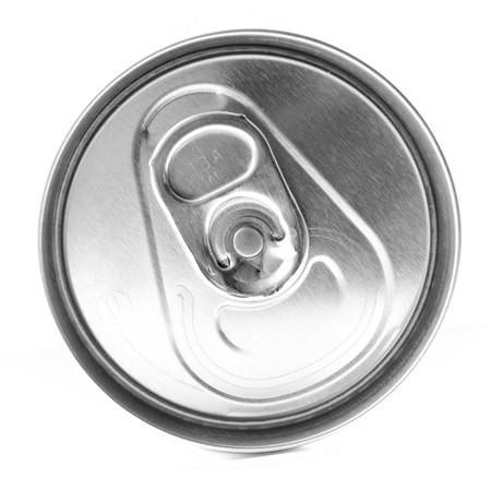 gaseosas: Parte superior de un refresco sin abrir puede sobre un fondo blanco