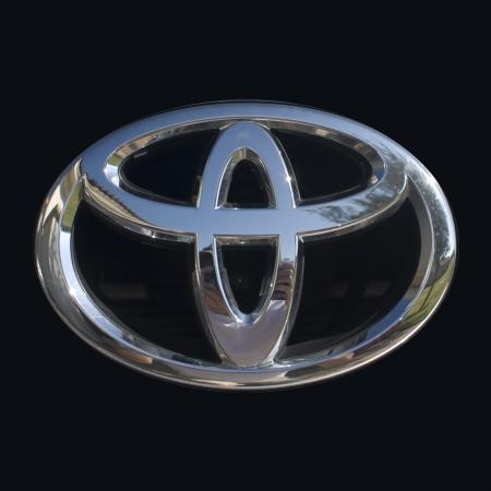 Toyota logo van dichtbij met glanzend chromen afwerking Redactioneel