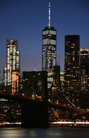 The Brooklyn Bridge and skyline of downtown Manhattan from Brooklyn at dusk Stok Fotoğraf