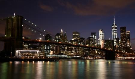 夜のブルックリンからマンハッタンのダウンタウンのブルックリン橋とスカイライン