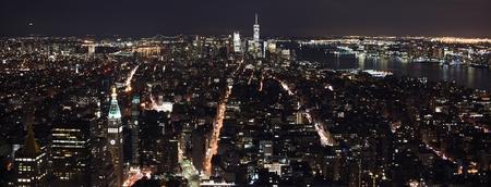 夜のミッドタウンとニューヨークのダウンタウンのスカイライン