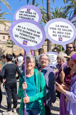 Palma de Mallorca, Spain - March 08, 2020: International Women's Day. Old women in the feminist 8m protest with banners in catalan language. 新聞圖片