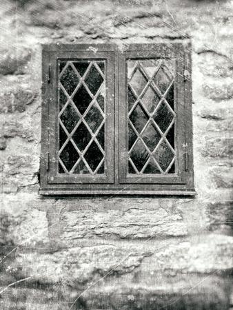 傷や汚れで黒と白を基調にテクスチャ荒い石の壁に鉛からすの古いフロント ウィンドウ。