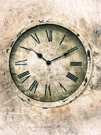 numeros romanos: reloj oxidado con números romanos con textura en un estilo vintage con una esfera del reloj en tonos verdes y bordes más brillantes. Foto de archivo
