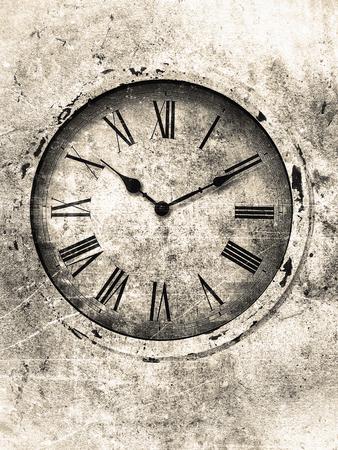 numeros romanos: Reloj de la vendimia con los números romanos con textura en tonos blancos y negros suaves con manchas y arañazos. Foto de archivo