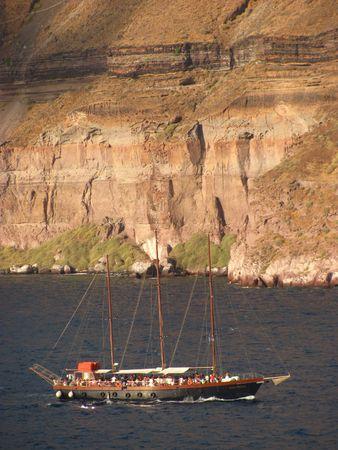 cruiseship: Un cruiseship en un viaje de noche en Santorini, Grecia