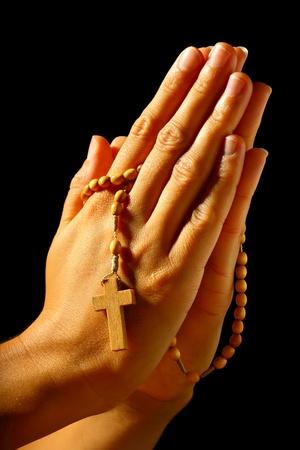 mains pri�re: Christian humaine prier avec un rosaire dans les mains