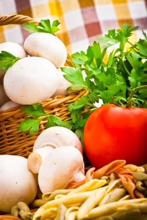 Panier en osier plein de champignons champignon frais Banque d'images - 15162237