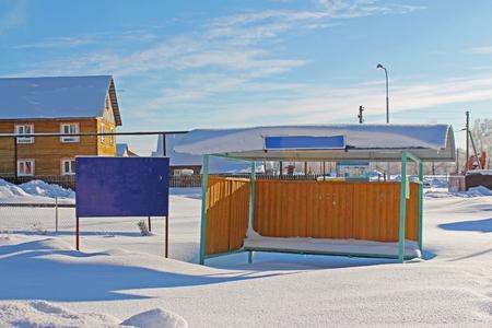 bus stop: Barrido parada de autob�s de la nieve en el invierno fr�o