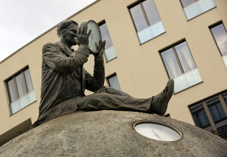 reisen: Monument to the time traveler in Magdeburg Editorial