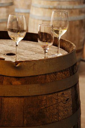 Wijnglazen op een oud wijnvat