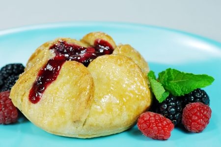 Pastry filled with fruit on a blue plate 版權商用圖片