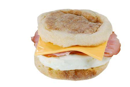magdalenas: Queso de jam�n aislados de huevo en un muffin ingl�s sobre un fondo blanco