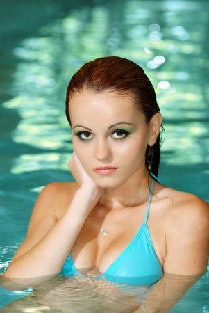mujer ba�andose: Retrato de mujer morena sexy en la piscina