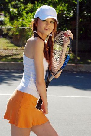 cola mujer: joven mujer sosteniendo una raqueta de tenis
