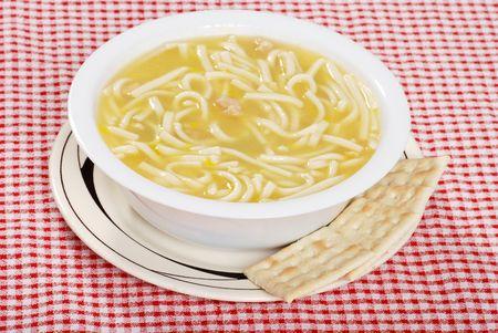 Mie soep kip met gezouten crackers Stockfoto