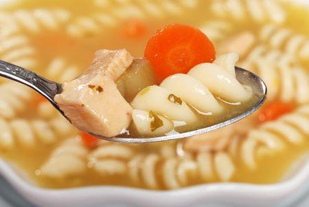 cuiller�e: Macro Spoonful de soupe de p�tes de poulet  Banque d'images
