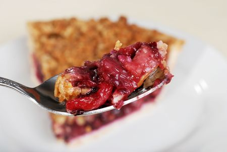 cuiller�e: Spoonful mix� fruits crumble pie Banque d'images