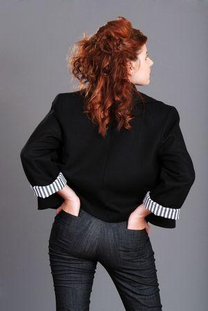 fesses black: femme de t�te rouge avec les mains en retour poches Banque d'images