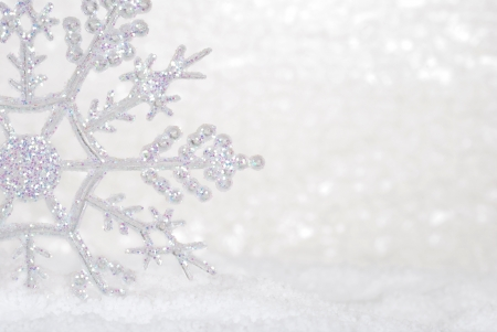 Glitter Snowflake in de sneeuw Stockfoto