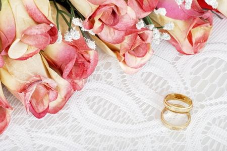 wedding bands: alianzas de boda con el ramo de rosas