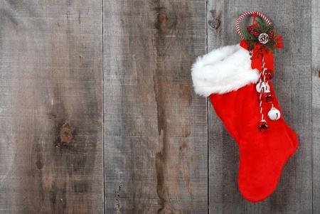 Kerst sok en de krans op hout Stockfoto