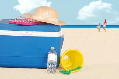 strand koeler met hoed en een fles water Stockfoto