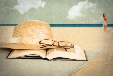 mujer leyendo libro: Playa de la vendimia con el libro y el sombrero