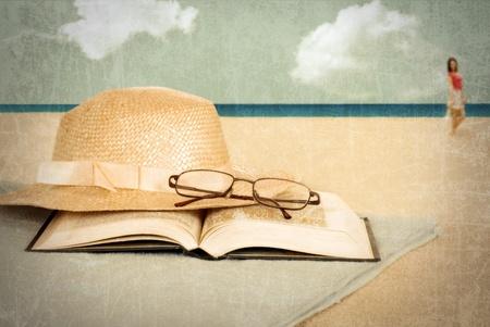 Vintage strand met boek en hoed