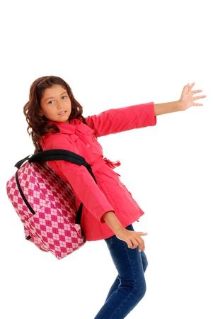 School meisje worstelt zware rugzak