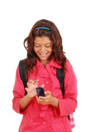 Lachend jong meisje met mobiele telefoon
