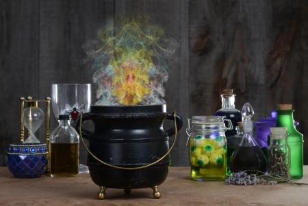 Heks ketel met rook Stockfoto