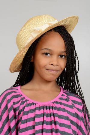cornrows: Ni�a africana con un sombrero de paja Foto de archivo