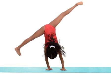 gymnastik: Unga svarta flickan gör gymnastik Kärrhjulsluster rörelseoskärpa