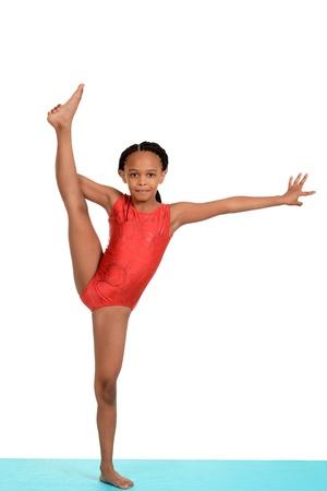 Niño negro haciendo gimnasia split Foto de archivo
