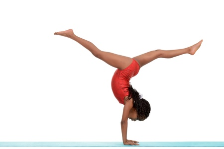 Jonge zwarte kind doet gymnastiek voor walkover Stockfoto