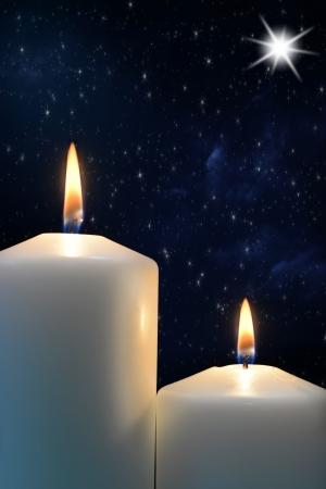 estrella de la vida: Dos velas con la estrella de Belén Foto de archivo