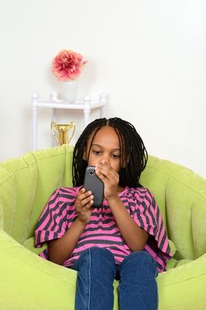 cornrows: Sesi�n de la chica joven con tel�fono celular Foto de archivo