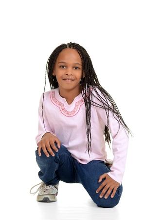 en cuclillas: Chica negro con hileras de maíz que se sientan