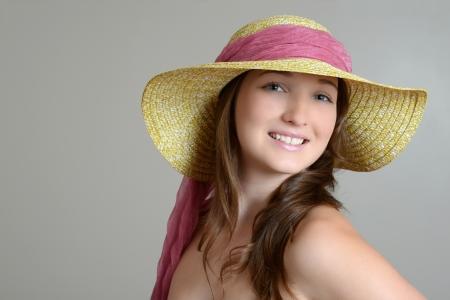 straw hat: bruna con cappello di paglia