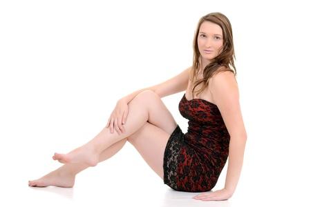 piedi nudi di bambine: Teenager bruna in seduta abito rosso