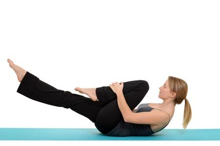 протяжение: Женщина делает пилатес одной растяжения ноги Фото со стока