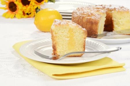 cafe y pastel: pastel de caf� de lim�n con un tenedor