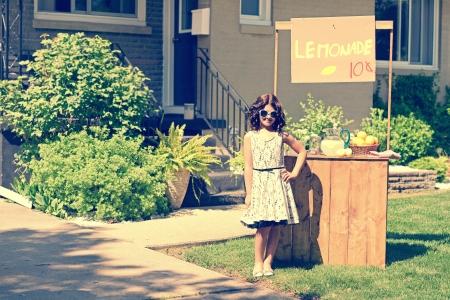 retro meisje draagt een zonnebril met limonade staan Stockfoto