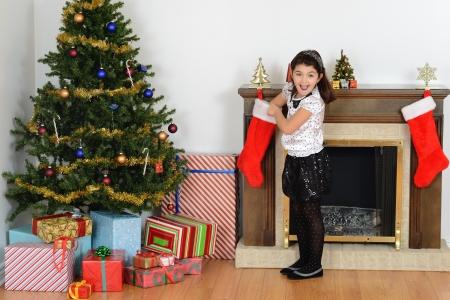 medias mujer: Ni�a sorprendida con la media de la Navidad